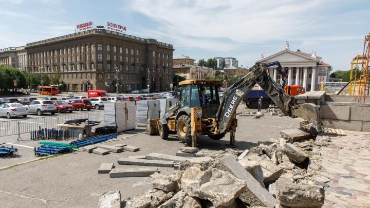 В центре Волгограда разбирают историческую трибуну на площади Павших Борцов