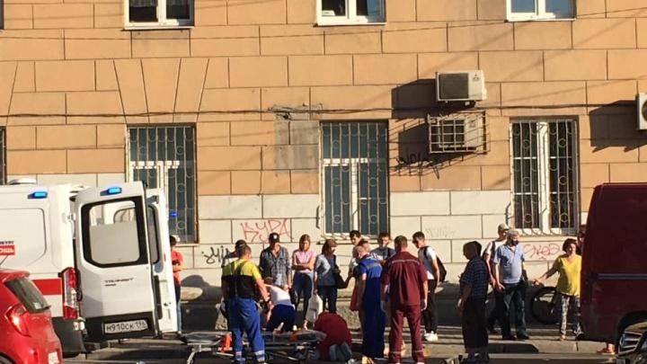 В центре Екатеринбурга машина после аварии врезалась в толпу пешеходов