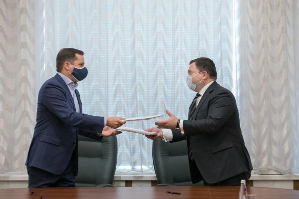 Председатель ПСБ Петр Фрадков и губернатор Архангельской области Александр Цыбульский подписали соглашение о сотрудничестве в сфере социально-экономического развития региона