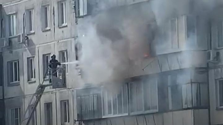 В челябинской многоэтажке произошёл большой пожар. Для эвакуации четверых понадобилась помощь МЧС