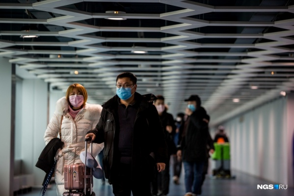Человек в защитной медицинской маске пока редкость на улицах Новосибирска, чаще всего людей с марлевыми повязками на лице можно встретить в аэропорту и на вокзалах