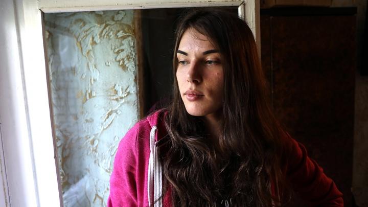 Девушка с инвалидностью пытается доказать, что всю жизнь жила в Тюмени (она рассчитывает на квартиру)