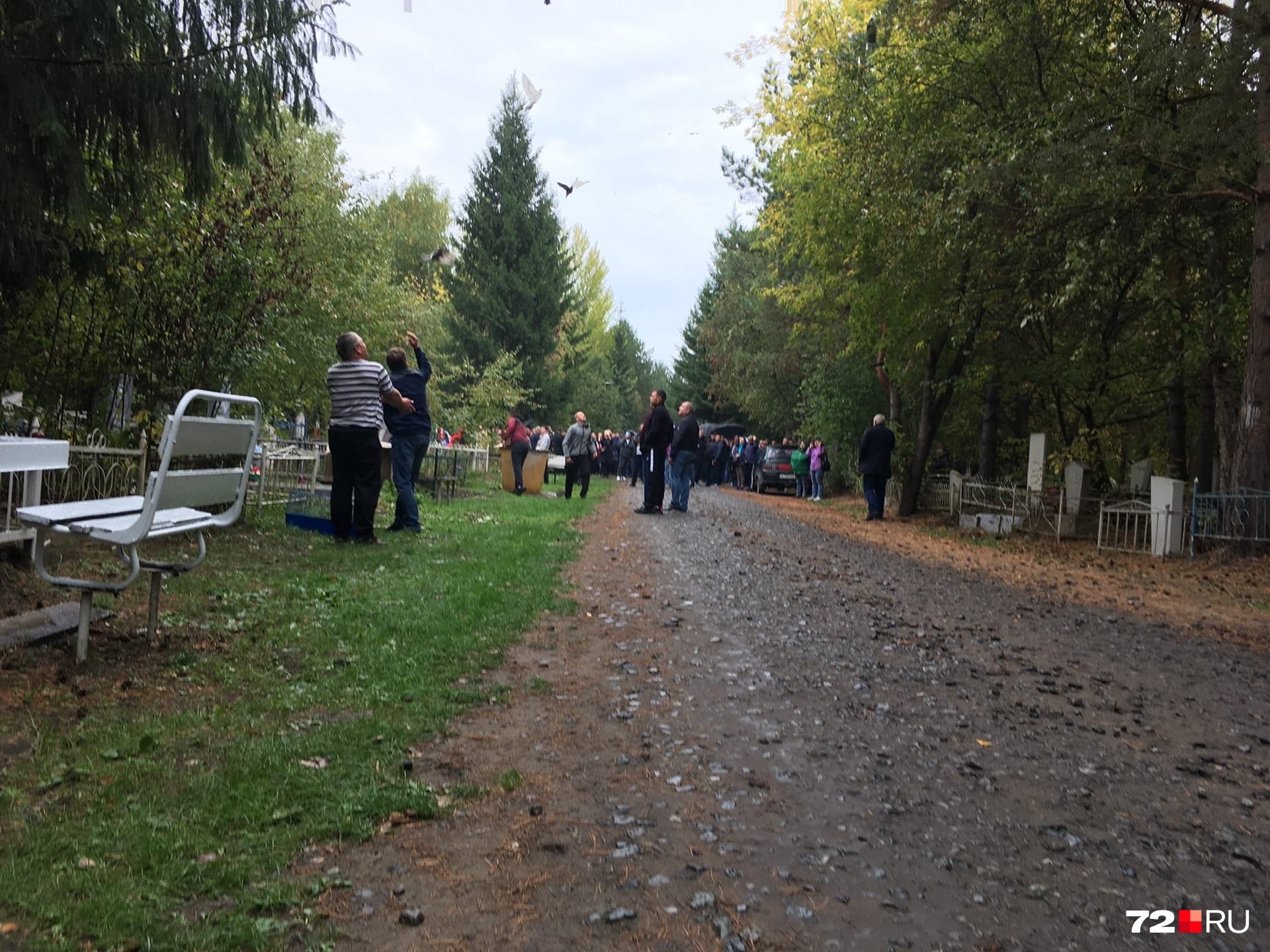 У могилы криминального авторитета тоже выпустили голубей