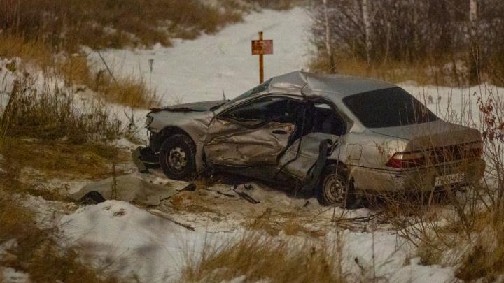 В Омске столкнулись легковушки и газовоз: восемь снимков с места смертельной аварии
