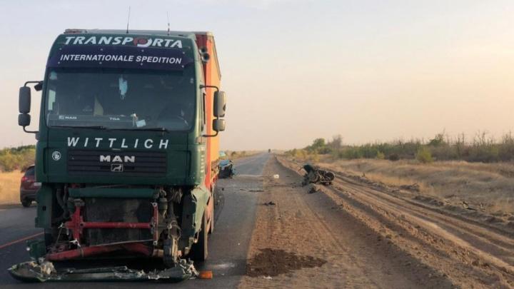 Шансов не было: под Волгоградом грузовик разорвал пополам легковушку