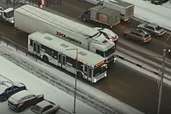 Авария с фурой и автобусом на Тотмина заблокировала дорогу в утренний час пик