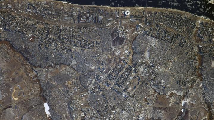 Иероглифы зданий и узоры льда: дневной Волгоград сняли с МКС