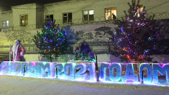 Что слепили за забором: осужденные колоний Кузбасса показали свои снежные городки (фото — огонь)