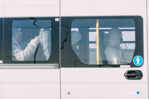 Меньше чем за две недели в Омск вернулись 400 вахтовиков. На месторождении остаются ещё больше тысячи