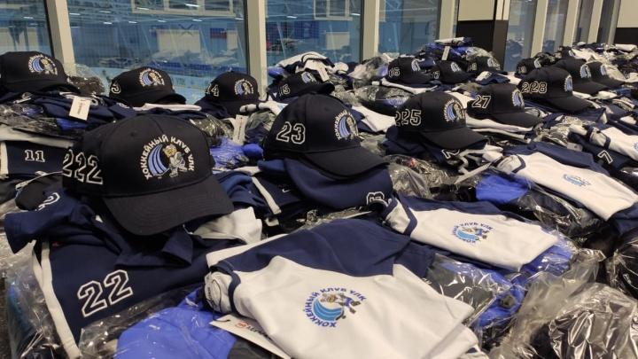 Хватит на весь сезон: УЛК подарила хоккеистам в Березнике новую форму