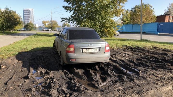 «Я паркуюсь как...»: у автохамов Екатеринбурга наступил самый жаркий сезон растаскивания грязи