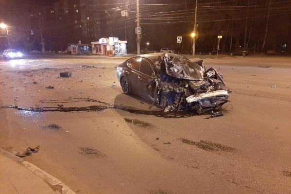 Из-за сильного удара дорогая машина превратилась в груду металлолома