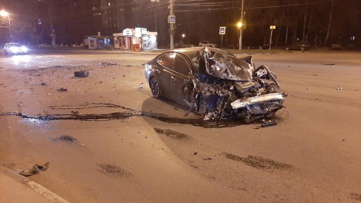 В Нижнем Новгороде «Инфинити» врезалась в маршрутку у ТЦ «Фантастика»