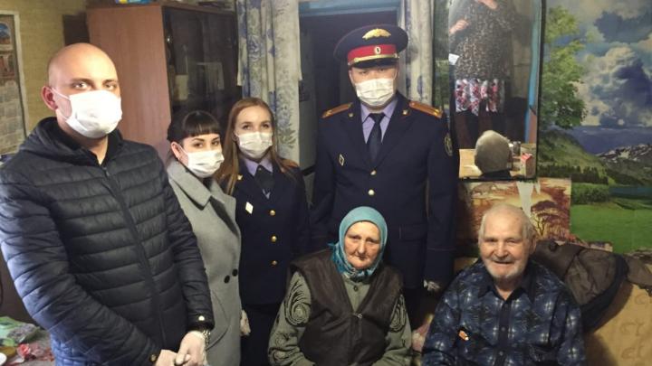 Под Волгоградом следователи помогают ветеранам войны продуктами в условиях изоляции по коронавирусу