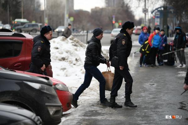 Подсудимого Евгения Селезнева конвой заводит в здание суда