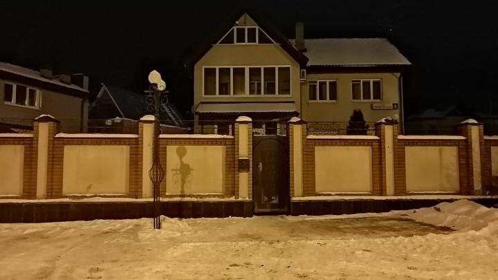 В коттедже на окраине Екатеринбурга погибла семья из трех человек