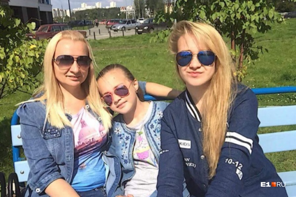 Панова (на фото слева) приехала в Швейцарию с двумя дочерьми, там она вышла замуж