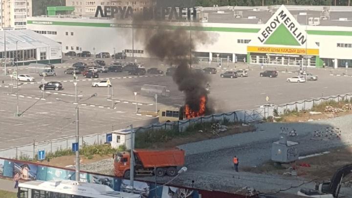 В Перми из-за загоревшегося на стоянке автобуса эвакуировали ТЦ «Леруа Мерлен». Видео