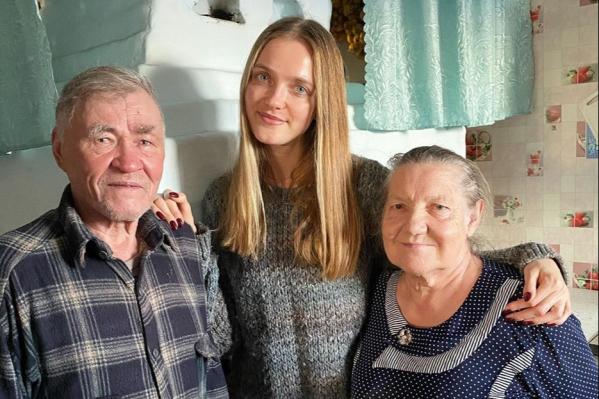 Бабушка и дедушка Влады Росляковой живутв 300 километрах от Омска, но девушка не забывает ни о своих близких, ни о других пожилых людях, которым так нужны забота и внимание