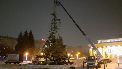 В Новосибирске разобрали ёлку перед оперным театром