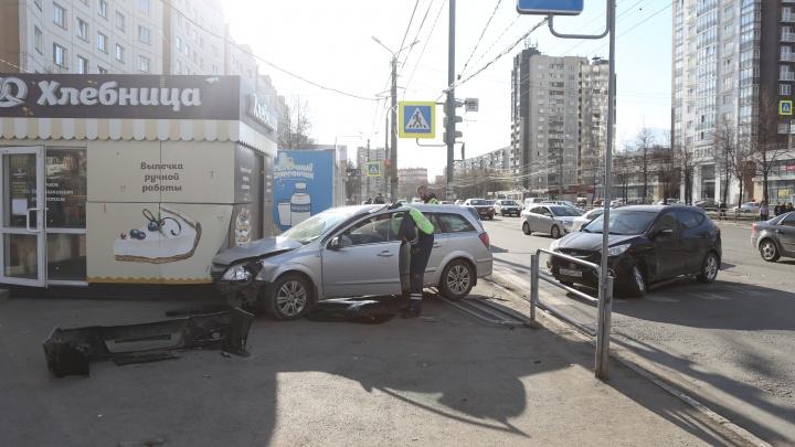 В Челябинске машина вылетела на остановку с людьми