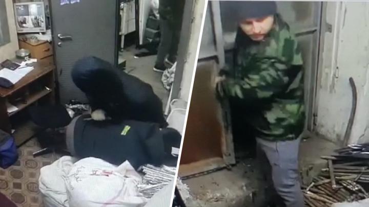 На Эльмаше двое мужчин с ножом ограбили пункт приема металлолома