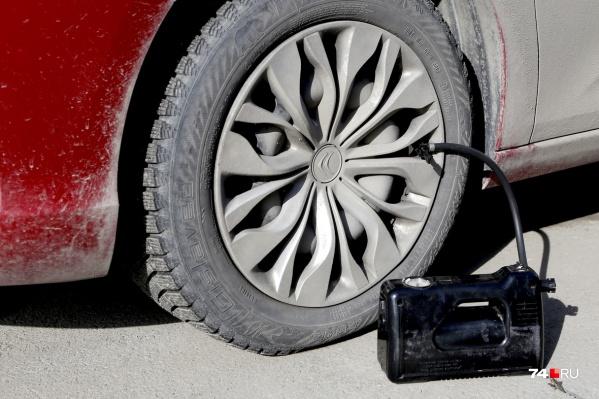 Опытный водитель знает, что качать колёса нужно до 2 атмосфер, но есть тонкость