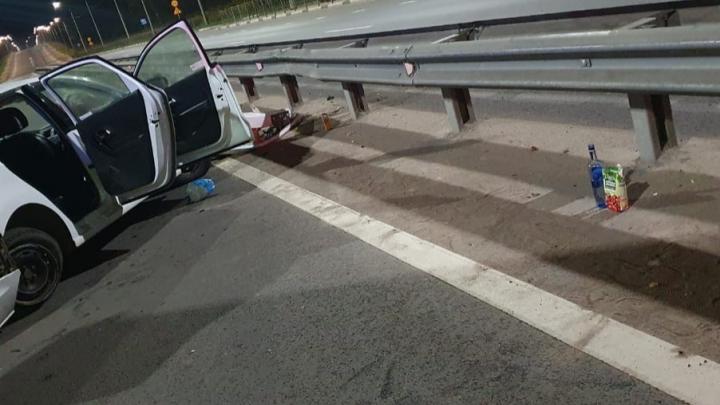 «Летели пьяные в хлам»: в Ярославле автомобиль протаранил дорожное ограждение