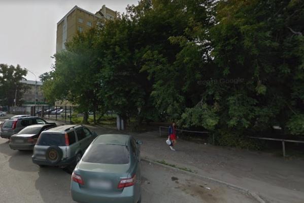 Обнаженного мужчину заметили в доме на улице Плахотного