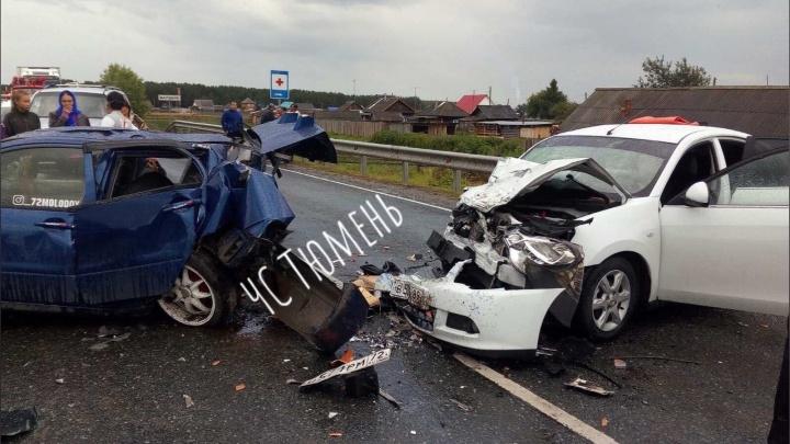 Неопытный водитель в Ярково вылетел на встречку и врезался в машину, в которой ехала семья