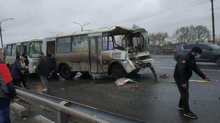 Шесть человек пострадали при столкновении двух автобусов и КАМАЗа в Архангельске