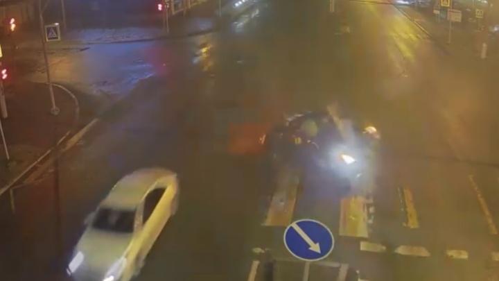 Не быстро ехал, а низко летел: ДТП с дорогим Merсedes попало на видео