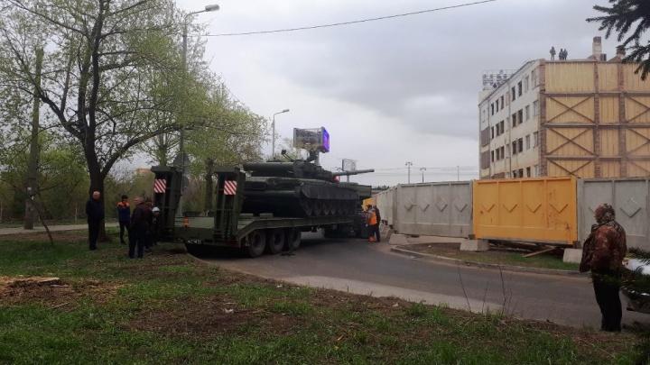 В центре Омска устанавливают танк