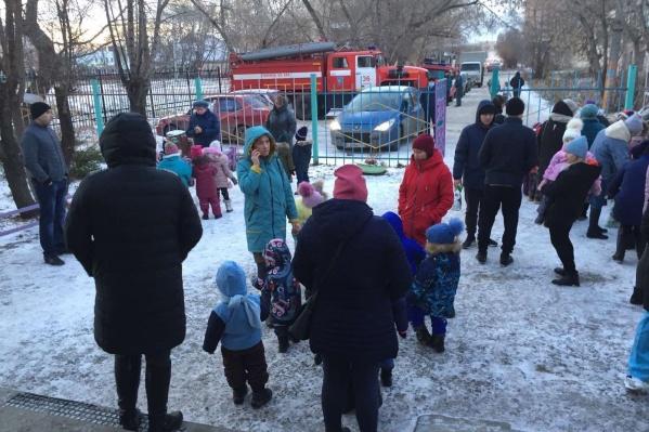 На улицу вывели 54 ребенка