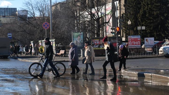«Асфальт превращается в пыль и грязь»: мэр Екатеринбурга — о причинах появления коричневой жижи на дорогах