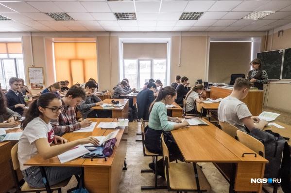 За парты новосибирские школьники и студенты сядут еще не скоро