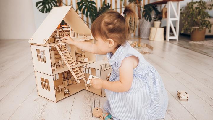 В Перми делают кукольные домики, которые покупают по всей России (в них даже есть малюсенькая мебель)