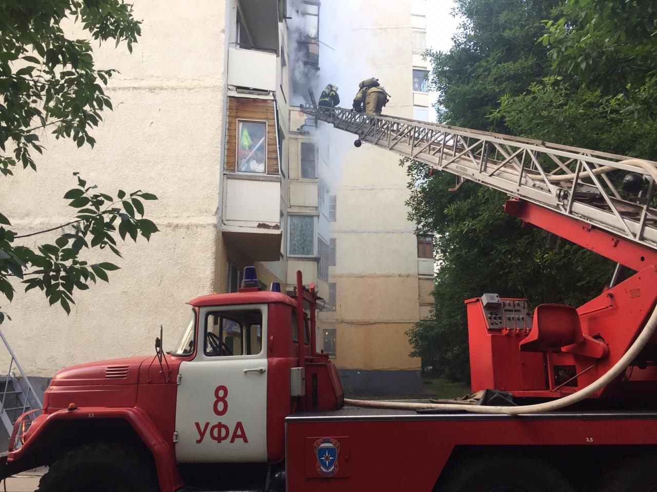 Чтобы огонь потушить, пожарные задействовали лестницу