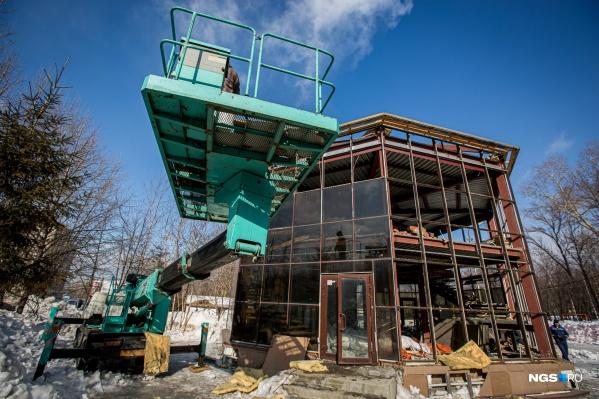 Суд признал два двухэтажных кафе у входа в парк имени Кирова самовольными постройками