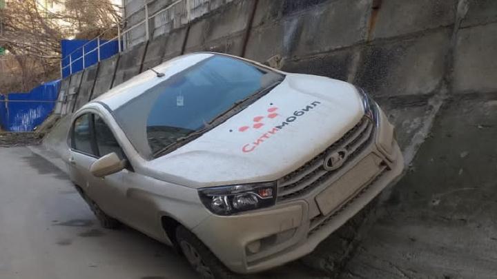 Уже на стены лезут. Только посмотрите, как водитель «Лады Весты» умудрился припарковаться на бетонной стене