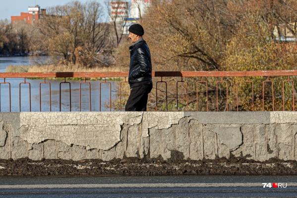 С понедельника мост начнут ремонтировать, и прогуляться по одной из его сторон уже не получится