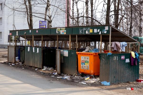 Коммунальщиков не отпустили на самоизоляцию — они каждый день убирают город и вывозят мусор
