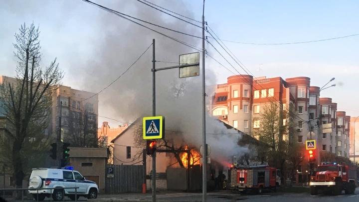 Сгорела квартира в жилой двухэтажке рядом с отделением полиции в центре Тюмени
