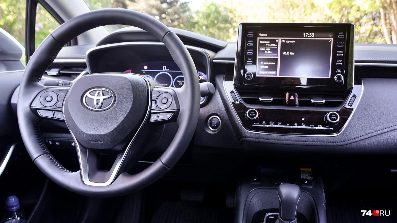 Toyota Corolla с бесключевым доступом. Двигатель запускается кнопкой справа от руля