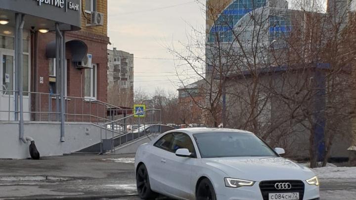 Полиция ищет стрелка, пробившего капот Audi у банка на Щербакова