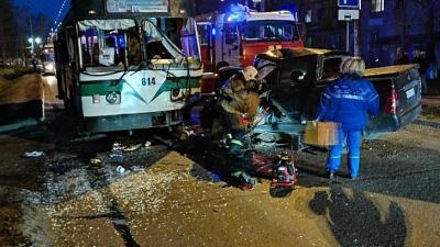 В Автозаводском районе иномарка влетела в троллейбус, три человека пострадали