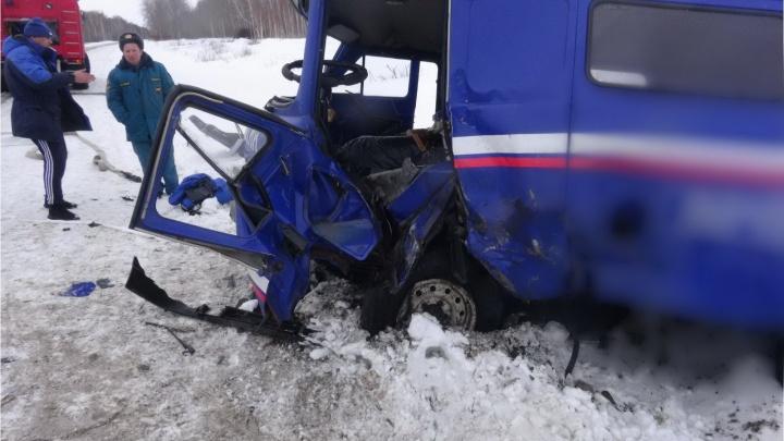 В Зауралье женщина за рулём легковушки врезалась в фургон «Почты России»