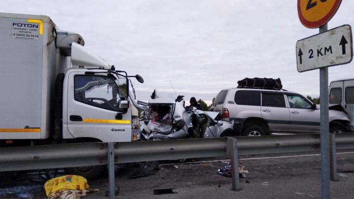 Под Тобольском водитель фургона уснул за рулем и устроил смертельное ДТП, протаранив четыре машины