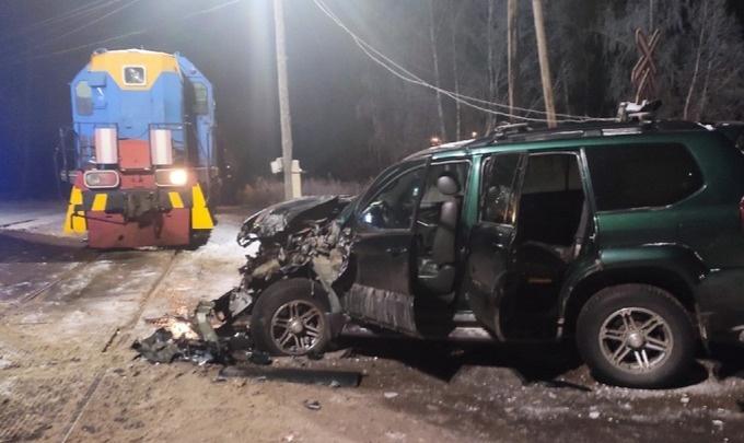 Пьяный водитель «Крузера» поехал на красный свет через ж.-д. пути и врезался в локомотив
