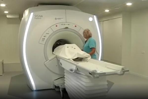Обследование на томографе позволяет увидеть все изменения во внутренних органах, в том числе легких, которые поражает COVID